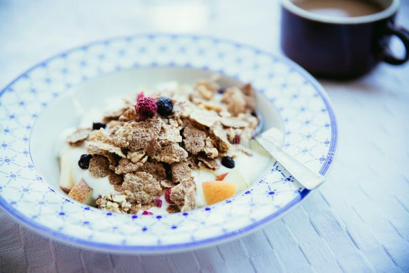 Zdrowy ?niadanie w ranku: zbo?a, jagody i jogurt, obraz royalty free