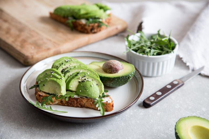 Zdrowy ?niadanie z avocado i Wy?mienicie wholewheat grzank? pokraja? avocado na grzanka chlebie z pikantno?? kuchnia zielon? meks obraz stock