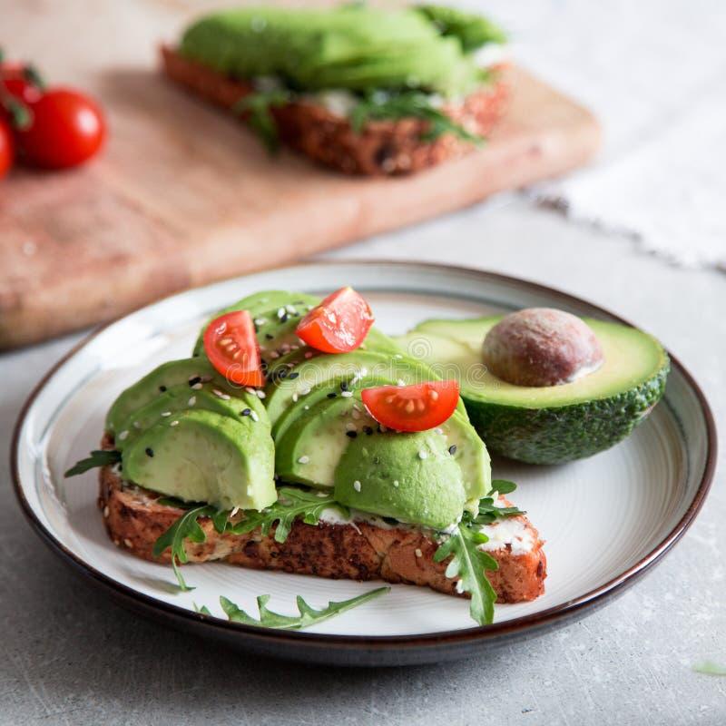 Zdrowy ?niadanie z avocado i Wy?mienicie wholewheat grzank? pokraja? avocado na grzanka chlebie z pikantno?? kuchnia zielon? meks fotografia royalty free