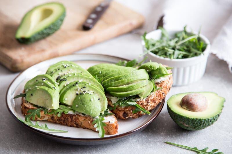 Zdrowy ?niadanie z avocado i Wy?mienicie wholewheat grzank? pokraja? avocado na grzanka chlebie z pikantno?? kuchnia zielon? meks obraz royalty free