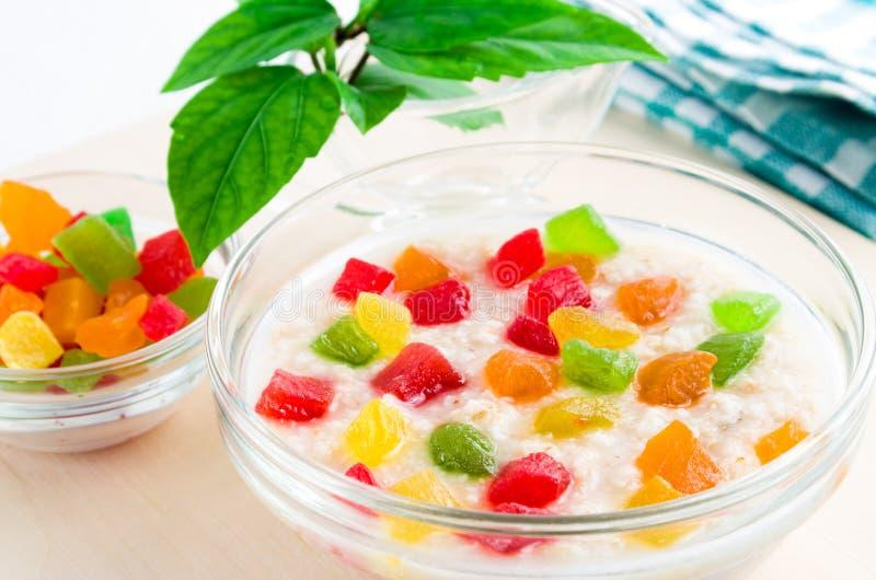 Zdrowy oatmeal zakończenie z candied owoc obraz royalty free
