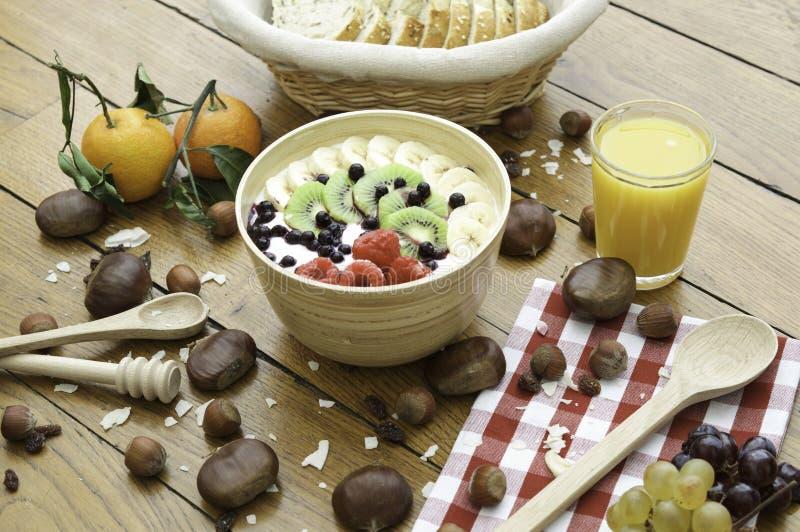 Zdrowy organicznie naturalny śniadanie z jogurtem, owoc, sokiem i dokrętkami na drewno stole, Odgórny widok Pojęcie o jedzeniu i  obraz stock