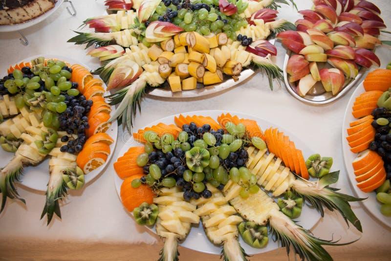 Zdrowy owoc stół przy wesele cateringiem: ananas & g fotografia stock