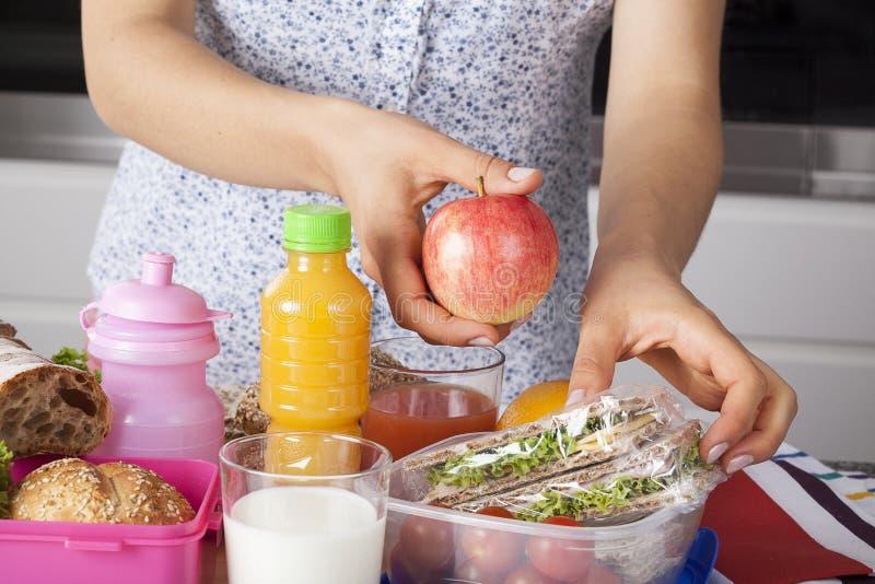 Zdrowy posiłek przygotowywający mum fotografia stock