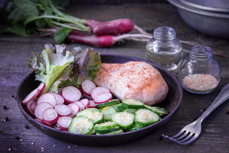 Zdrowy posiłek z kurczak piersią zdjęcie royalty free