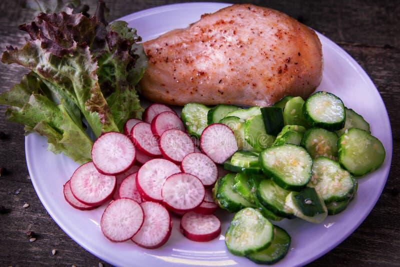 Zdrowy posiłek z kurczak piersią obrazy royalty free