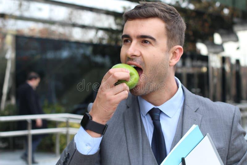 Zdrowy przedsiębiorca je jabłka aktywnego obrazy royalty free