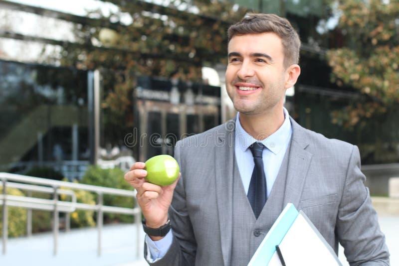Zdrowy przedsiębiorca je jabłka aktywnego fotografia stock