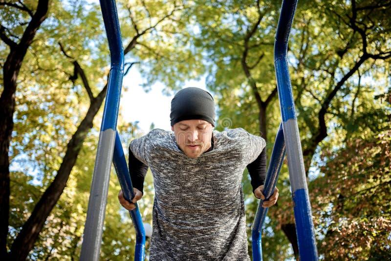 Zdrowy przystojny aktywny mężczyzna z dysponowanym mięśniowym ciałem robi treningowi ćwiczy fotografia royalty free
