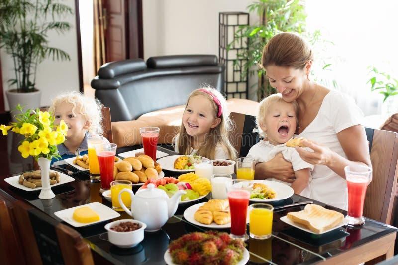 Zdrowy rodzinny śniadanie dla matki i dzieciaków obraz royalty free