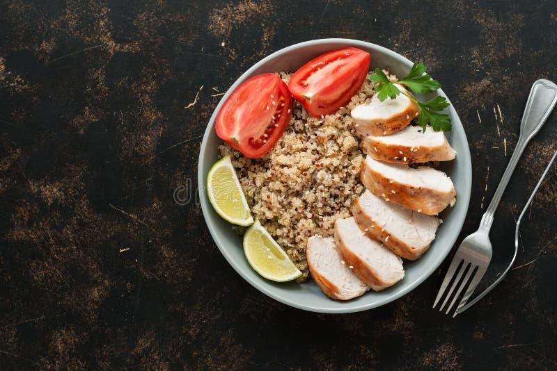 Zdrowy sałatkowy puchar z quinoa, pomidory, piec na grillu kurczaka, wapno na ciemnym tle Odgórny widok, miejsce dla teksta obrazy stock