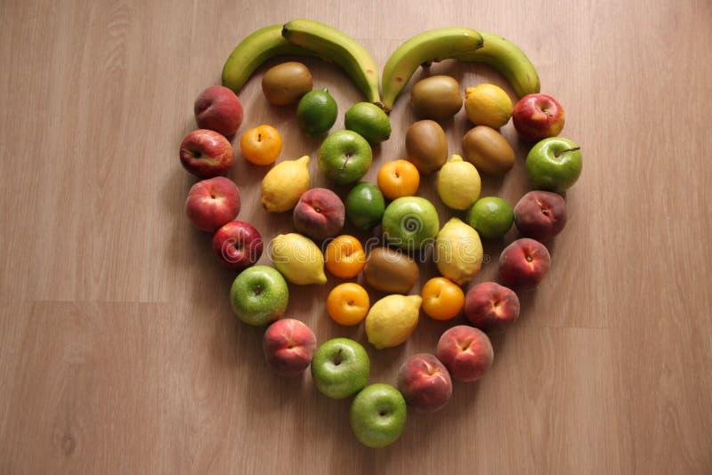 Zdrowy serce owoc z jabłkami, cytrynami, morelami i brzoskwiniami, zdjęcia stock