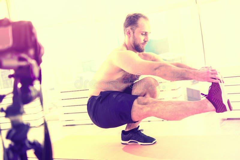 Zdrowy silny mężczyzna ćwiczy na podłodze w domu zdjęcie stock