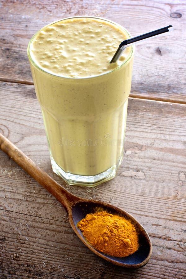Zdrowy smoothie z turmeric jako składnik zdjęcia royalty free