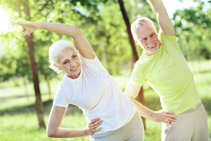 Zdrowy styl życia dwa pozytywnego emeryta zdjęcie royalty free