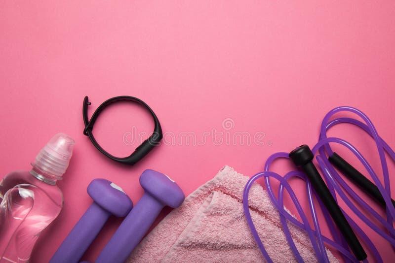 Zdrowy styl życia, Gym i treningu pojęcie na różowym tle, Odbitkowa przestrze? dla teksta zdjęcia royalty free