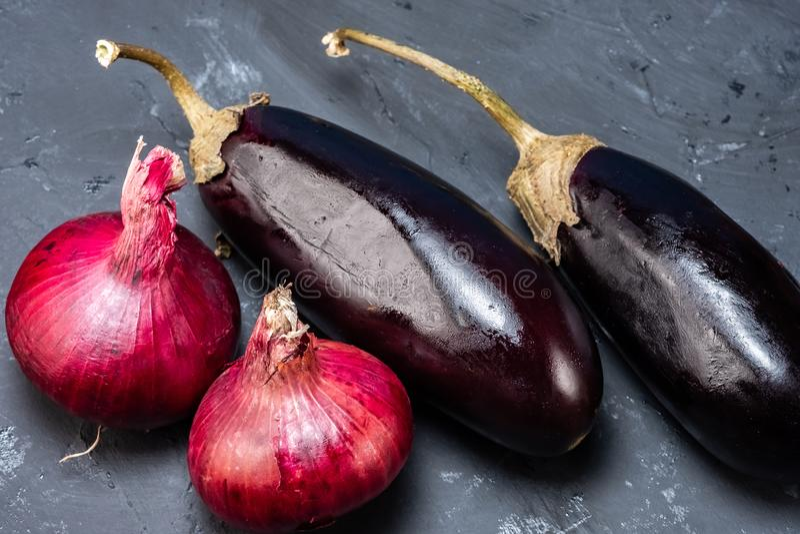 Zdrowy styl życia jest układem warzywa, oberżyna, pieprz Cebule i marchewki obraz stock
