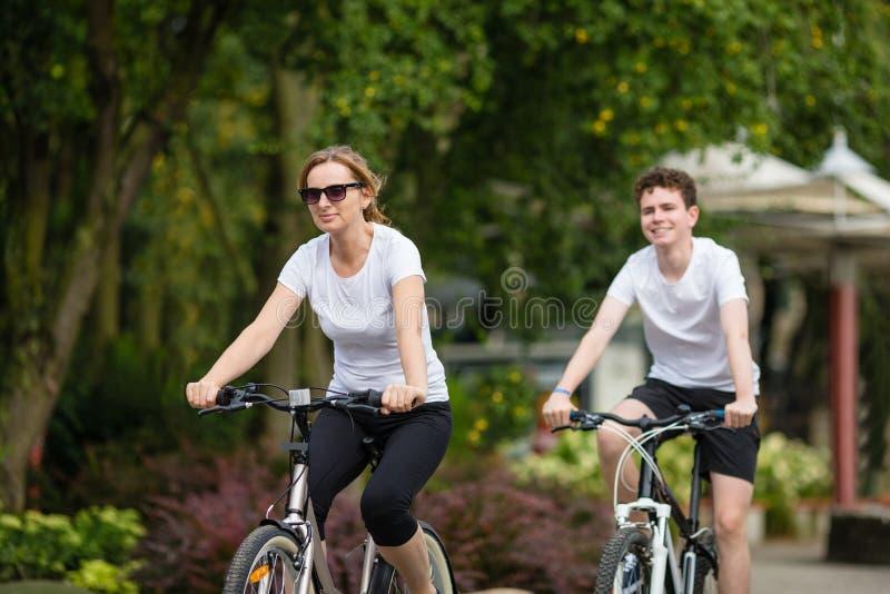 Zdrowy styl życia - ludzie jedzie bicykle w miasto parku zdjęcie stock
