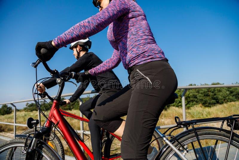 Zdrowy styl ?ycia - ludzie jedzie bicykle obrazy royalty free