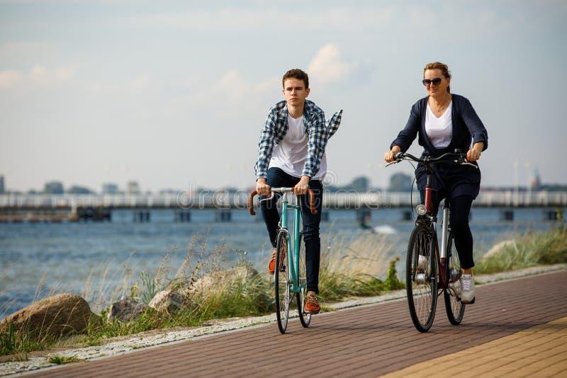 Zdrowy styl ?ycia - ludzie jedzie bicykle fotografia stock