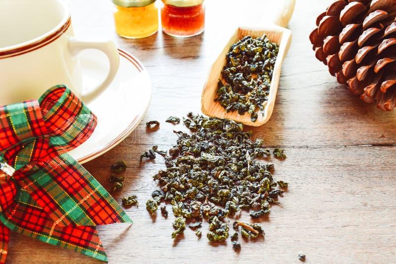 Zdrowy styl ?ycia poj?cie z aromatyczn? such? zielon? herbat? obrazy royalty free