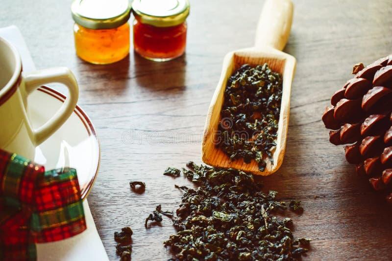 Zdrowy styl ?ycia poj?cie z aromatyczn? such? zielon? herbat? fotografia royalty free