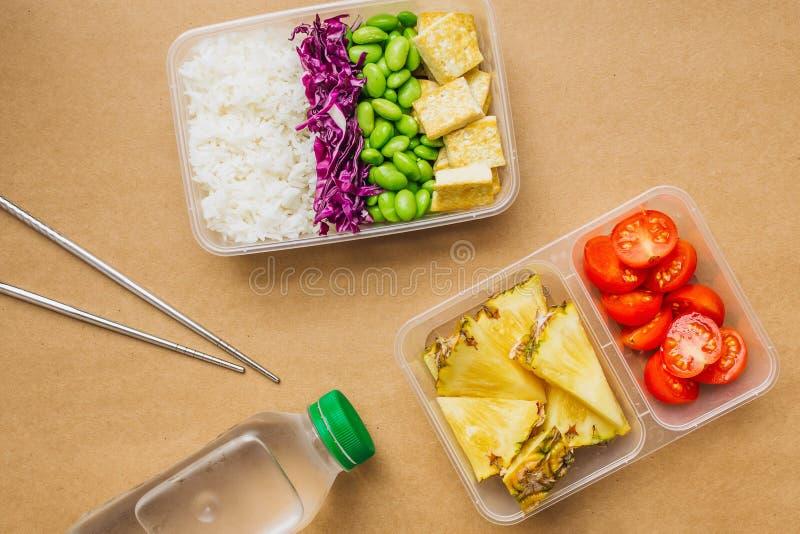 Zdrowy stylu weganinu bento pudełko z ryż, smażącym tofu, edamame fasole, czereśniowi pomidory i kawałki ananas, obrazy stock