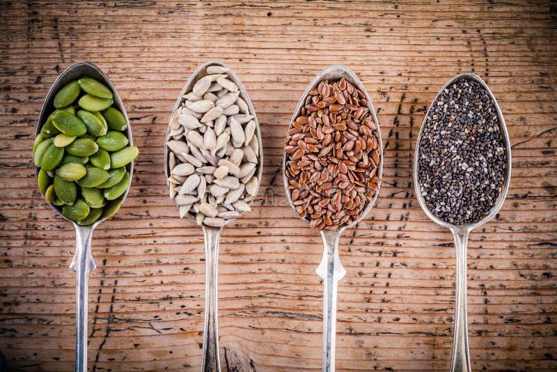 Zdrowy superfood: dyniowi ziarna, słonecznikowi ziarna, lnów ziarna i chia, zdjęcie royalty free
