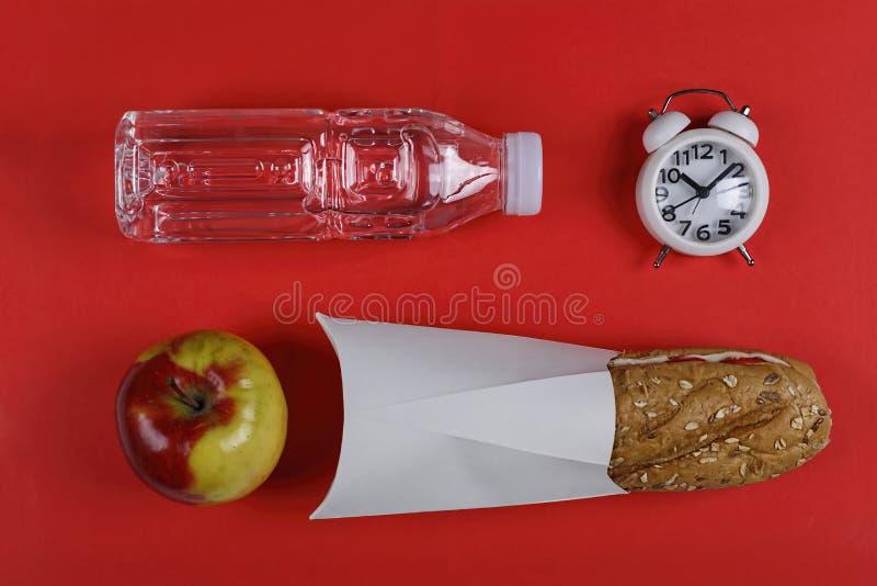 Zdrowy, szkolny jedzenie, ciabatta, od?ywianie, czysta woda, kanapka, jab?ko obraz royalty free
