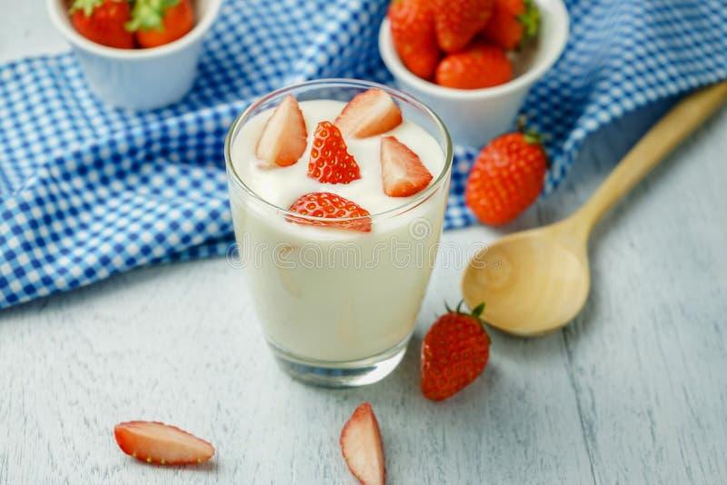 Zdrowy truskawkowy jogurt obraz royalty free