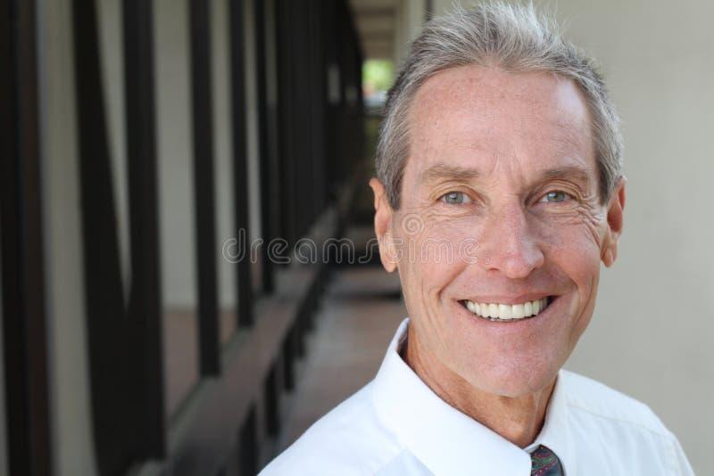 Zdrowy uśmiech bieleć zębów Piękny Uśmiechnięty młodego człowieka portreta zakończenie up Nad nowożytnym korytarza tłem śmiać zdjęcia stock