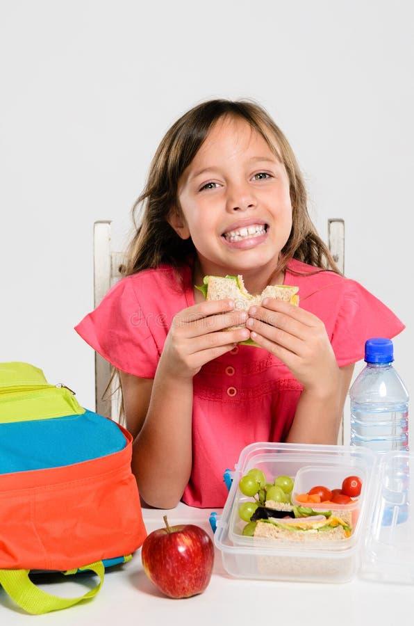 Zdrowy upakowany lunchu pudełko dla szkoły podstawowej dziewczyny obrazy royalty free