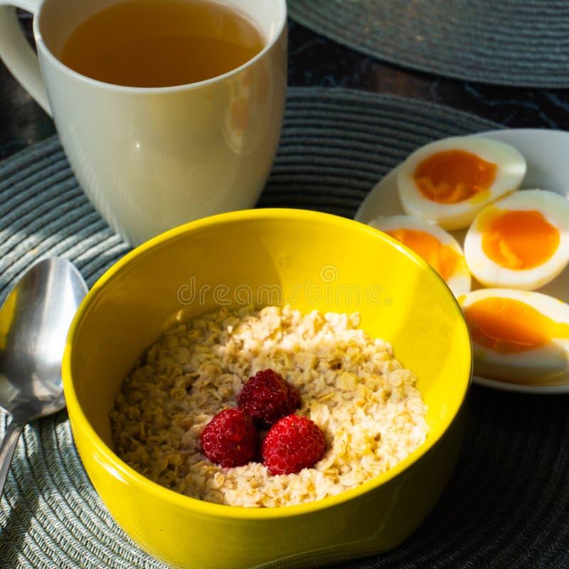 Zdrowy zboże owies z gotowanymi jajkami przy śniadaniem obrazy stock