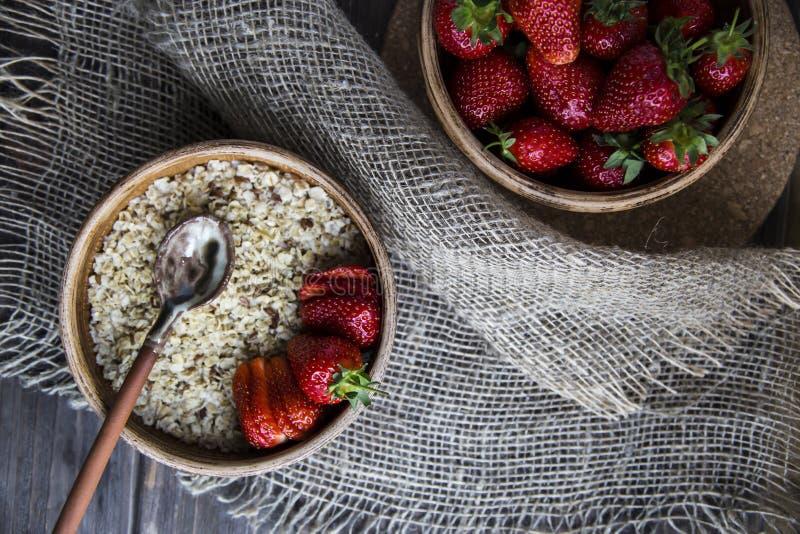 Zdrowy zdrowy śniadanie dla dzieci i dorosłych w lecie lub wiośnie zdjęcie stock