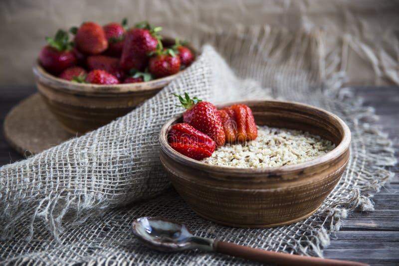 Zdrowy zdrowy śniadanie dla dzieci i dorosłych w lecie lub wiośnie zdjęcia stock