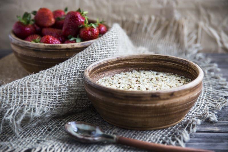 Zdrowy zdrowy śniadanie dla dzieci i dorosłych w lecie lub wiośnie zdjęcia royalty free