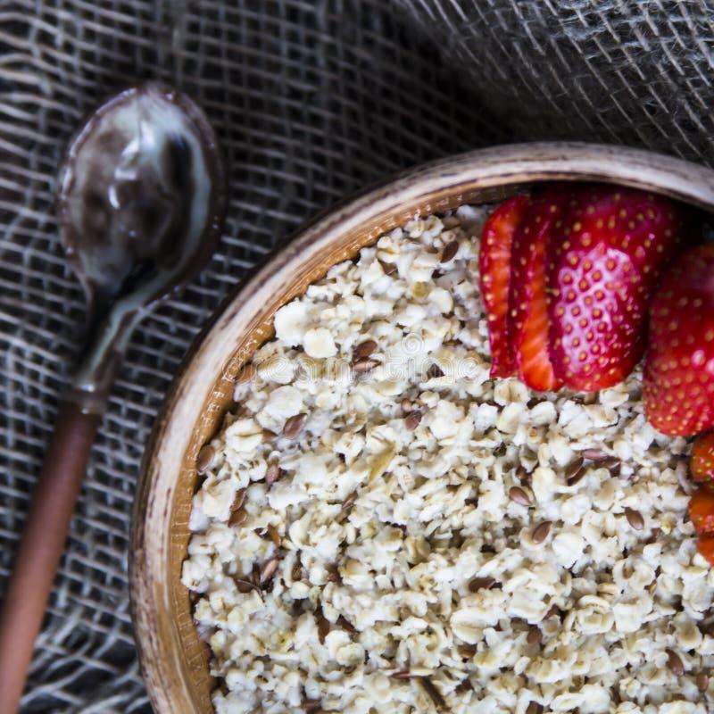 Zdrowy zdrowy śniadanie dla dzieci i dorosłych w lecie lub wiośnie zdjęcie royalty free