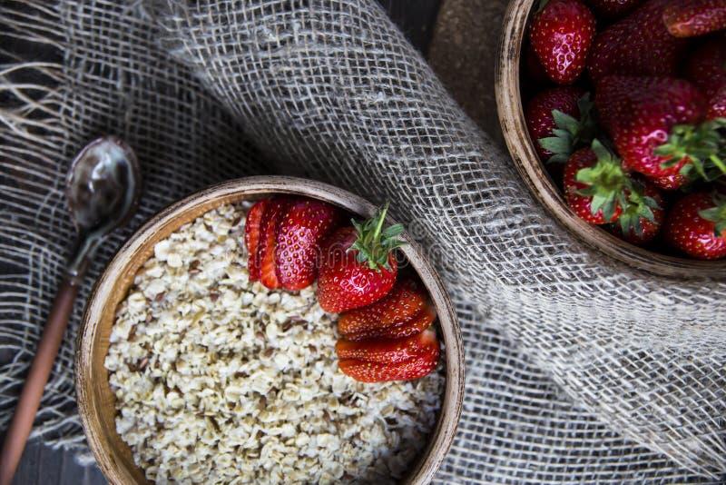 Zdrowy zdrowy śniadanie dla dzieci i dorosłych w lecie lub wiośnie obraz stock
