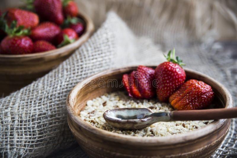 Zdrowy zdrowy śniadanie dla dzieci i dorosłych w lecie lub wiośnie obrazy royalty free