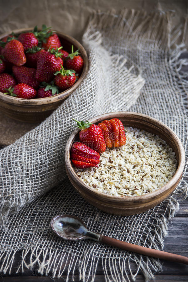 Zdrowy zdrowy śniadanie dla dzieci i dorosłych w lecie lub wiośnie obrazy stock