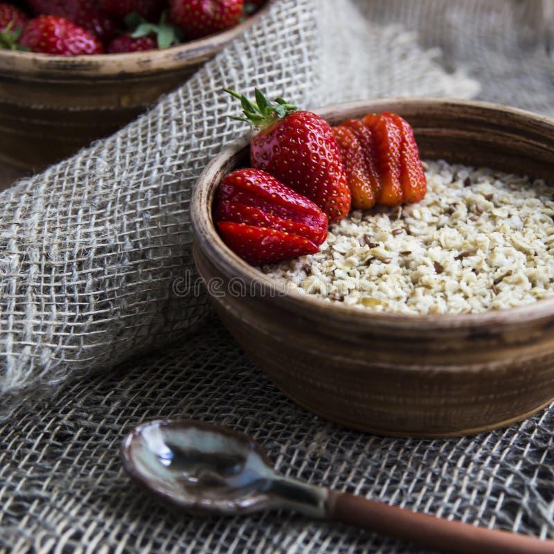 Zdrowy zdrowy śniadanie dla dzieci i dorosłych w lecie lub wiośnie fotografia royalty free