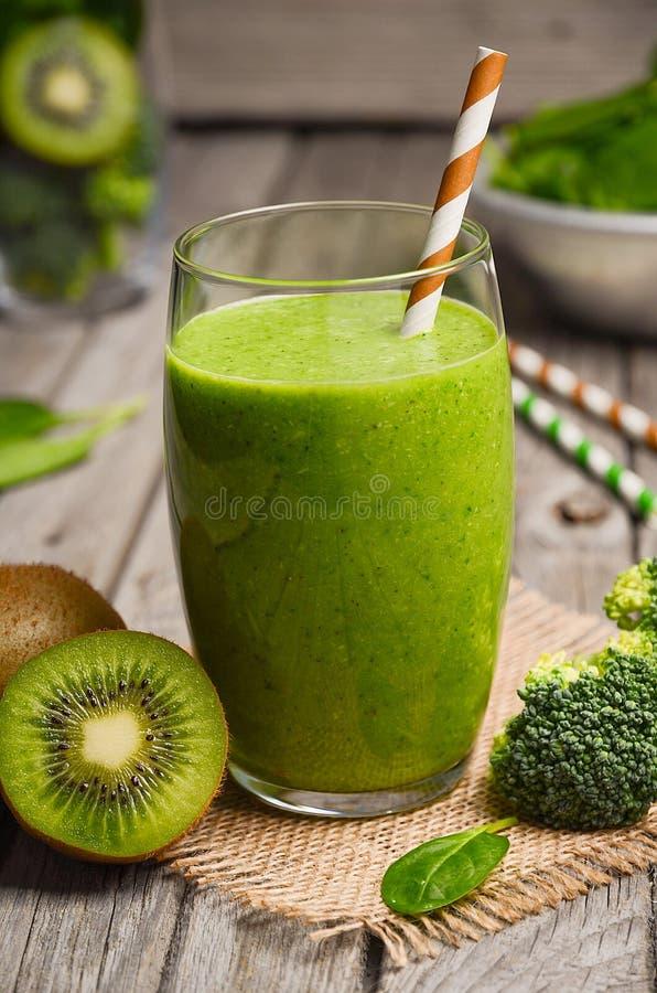 Zdrowy zielony smoothie z kiwi, brokułami i szpinakiem, fotografia royalty free