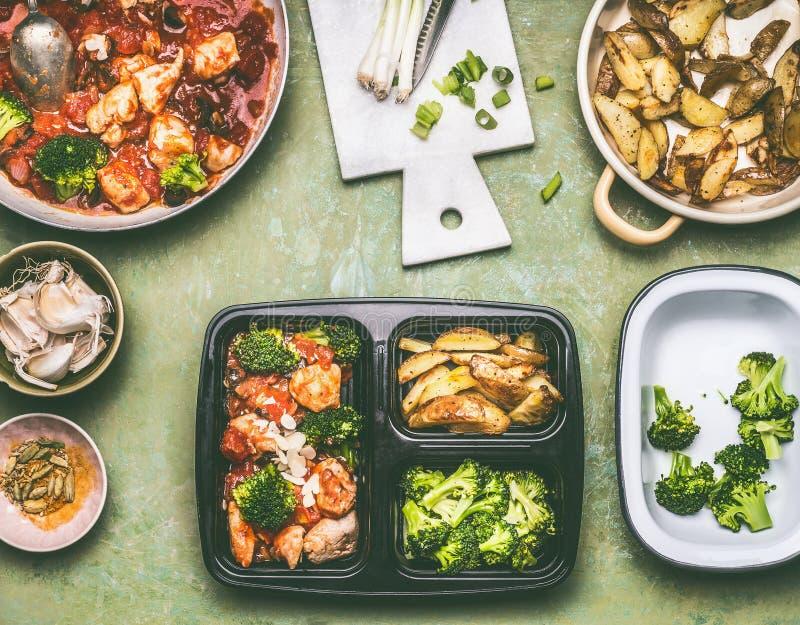 Zdrowy zrównoważony lunchu pudełka przygotowanie z kurczaków kawałkami w pomidoru kumberlandzie fotografia royalty free