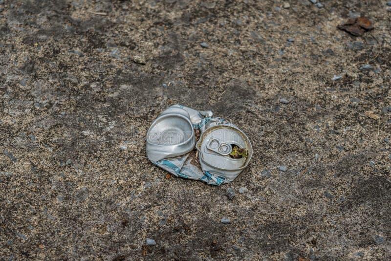 Zdruzgotana piwna puszka na ulicie obrazy stock