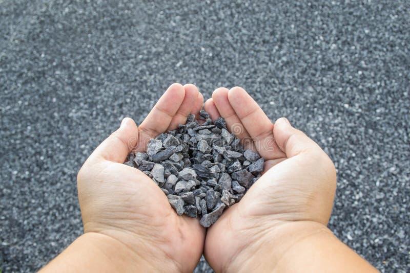 Zdruzgotany kamień w ręce obraz stock
