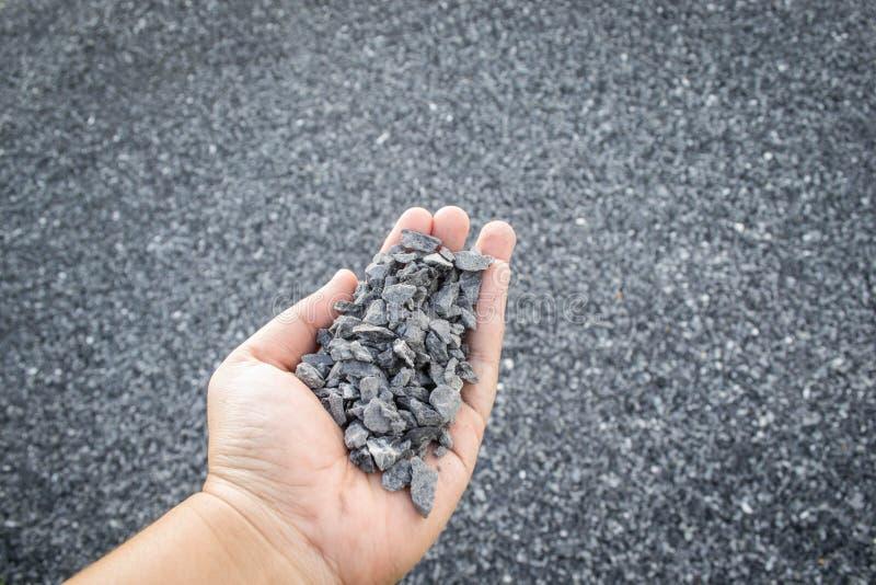 Zdruzgotany kamień w ręce obraz royalty free