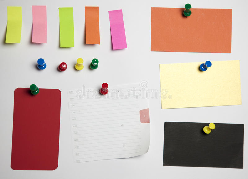zdruzgotany odróżnia się pushclipping nutową biurową papierową ścieżkę obrazy stock