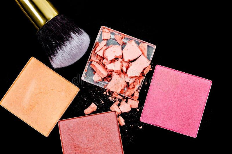 Zdruzgotany rumiena i eyeshadow makeup z muśnięciem obraz stock