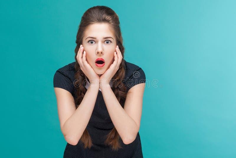 Zdumienie kobieta patrzeje kamerę z wzruszającymi policzkami zdjęcie royalty free