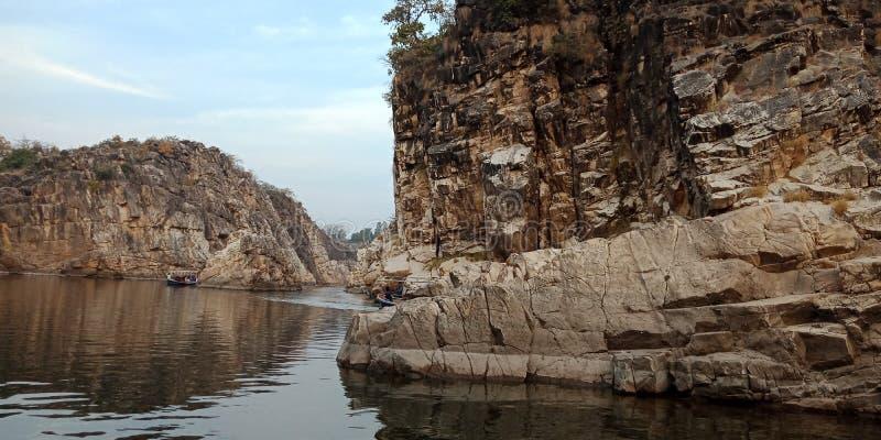 Zdumiewa się skałę lub górę z rzecznym maa Narmada, Jabalpur India obrazy stock